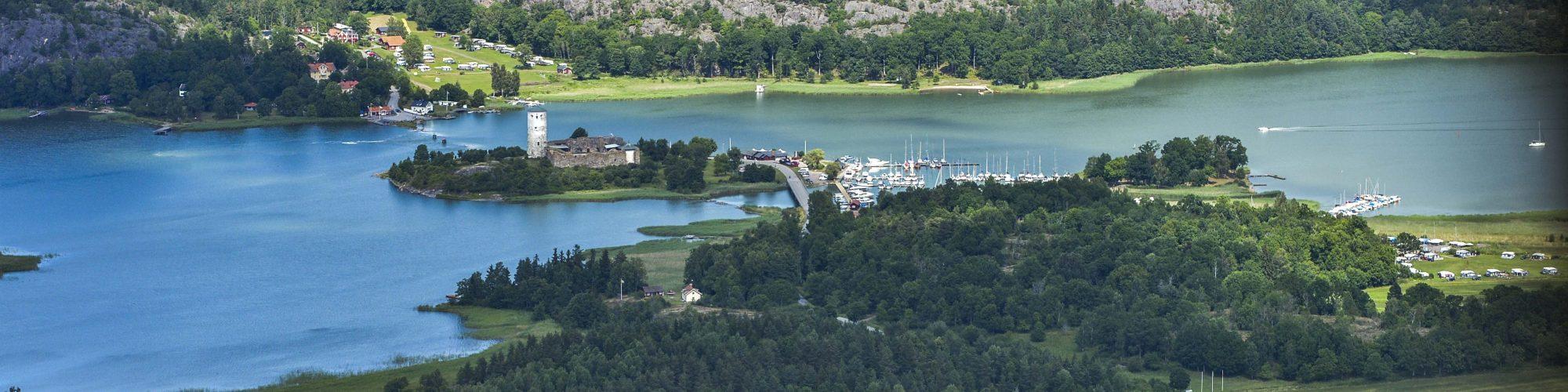 Flygbild ruin, hamn och krog